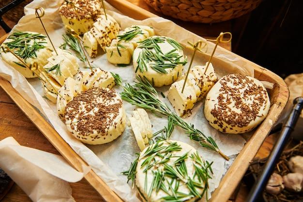 Queijo branco caseiro com especiarias em uma cesta