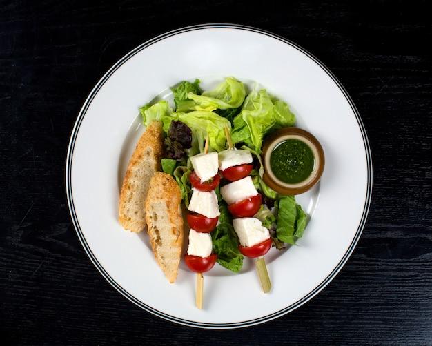 Queijo branco com tomate em palitos e pão