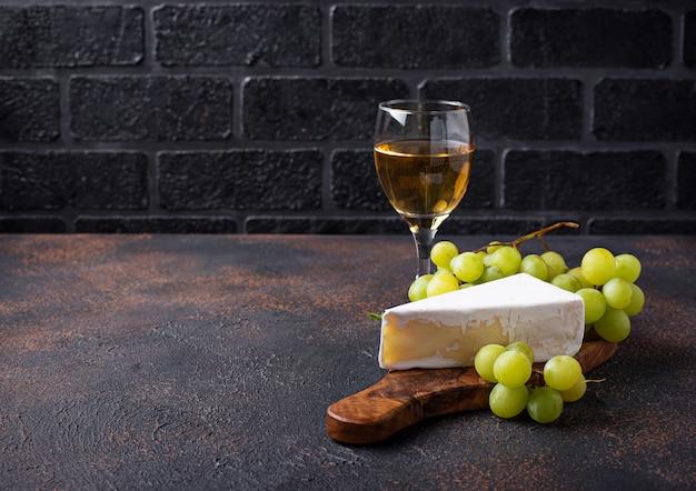 Queijo brie, uva e vinho