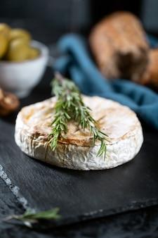 Queijo camembert com alecrim, azeitonas e pão rústico
