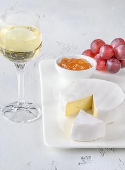 Queijo camembert com copo de vinho