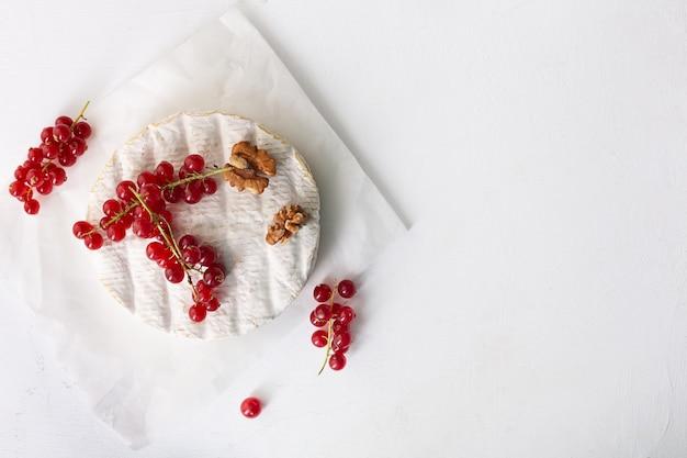 Queijo camembert com frutas, nozes e frutas vermelhas, vista de cima