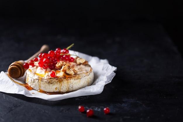Queijo camembert com frutas, nozes e morangos