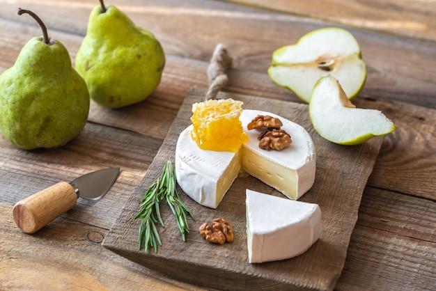 Queijo camembert com peras