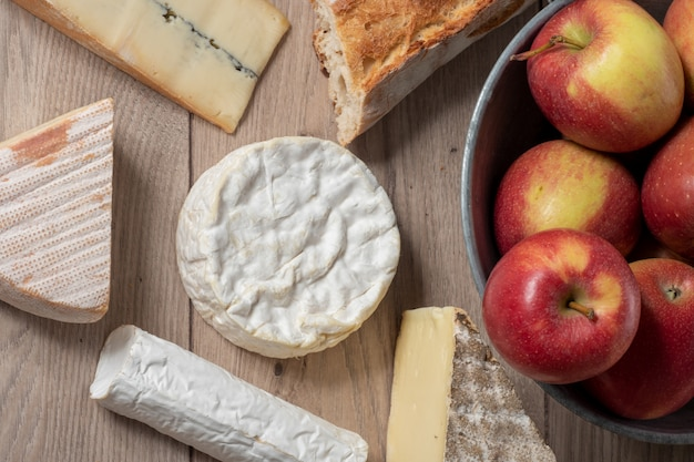 Queijo camembert da normandia com maçãs
