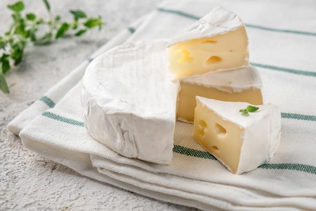 Queijo camembert francês.