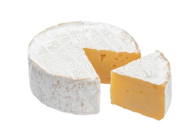 Queijo camembert isolado no fundo branco com traçado de recorte
