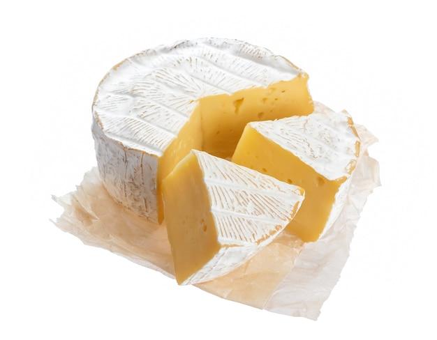 Queijo camembert ou brie isolado na superfície branca com traçado de recorte
