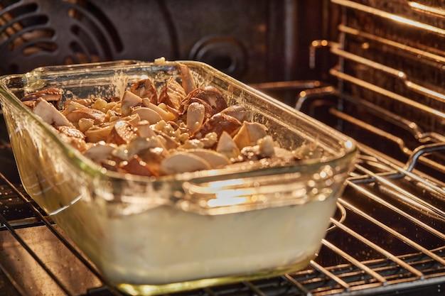 Queijo clafoutis roquefort com cogumelos em forma de vidro é assado no forno