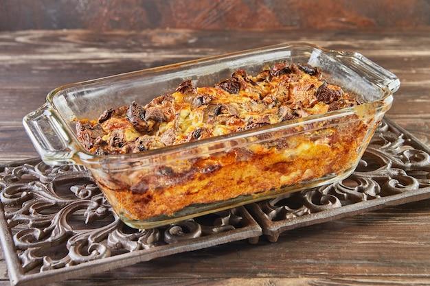 Queijo clafoutis roquefort com cogumelos em forma de vidro em suporte de metal. cozinha gourmet francesa.