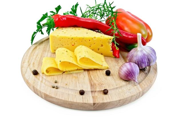 Queijo com especiarias e ervas, salsa, estragão, pimentão doce e picante, pimentão, alho em uma placa de madeira circular