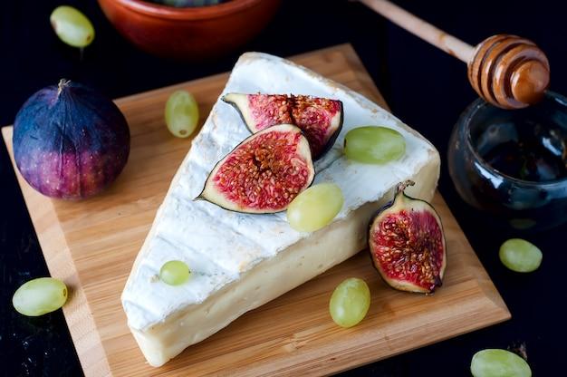 Queijo com figo e uva