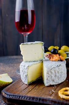 Queijo com mofo com bagas, snacks e vinho