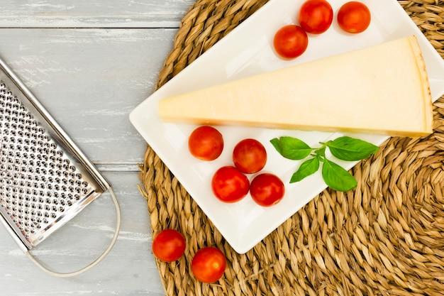 Queijo com tomate e hortelã