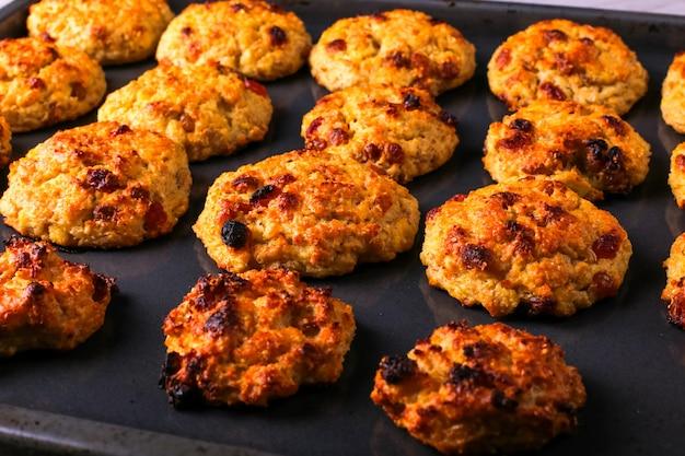 Queijo cottage assado e biscoitos de aveia com passas. nutrição saudável, dieta alimentar.