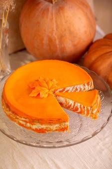 Queijo cottage caseiro e caçarola listrada de abóbora com sementes de papoula e laranja na mesa com abóboras