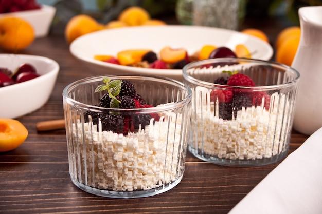 Queijo cottage com bagas e damasco de frutas no café da manhã saudável.