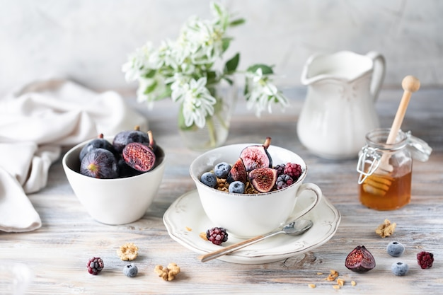 Queijo cottage com figos, frutas, mel e café com cafeteira
