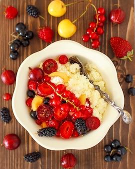 Queijo cottage com frutas de verão