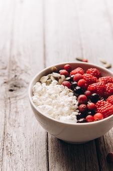 Queijo cottage com frutas frescas