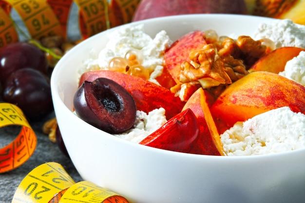 Queijo cottage com frutas. o conceito de uma dieta saudável para perda de peso. café da manhã de fitness. keto dieta. keto café da manhã.