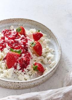Queijo cottage com geléia e morangos em prato com conceito de guardanapo saudável