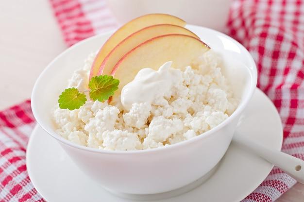 Queijo cottage com maçãs e creme de leite no café da manhã