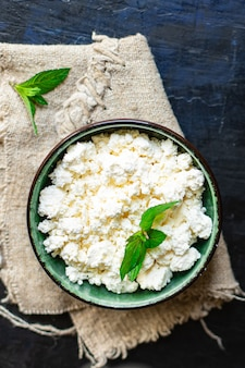 Queijo cottage comida saudável fresca café da manhã leite de ovelha de vaca ou cabra na mesa comida saudável