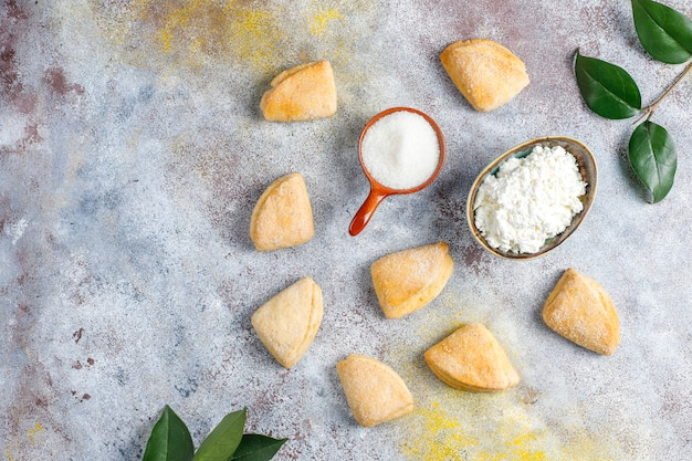 Queijo cottage e açúcar cookies corvos pés triângulo cookies, vista superior