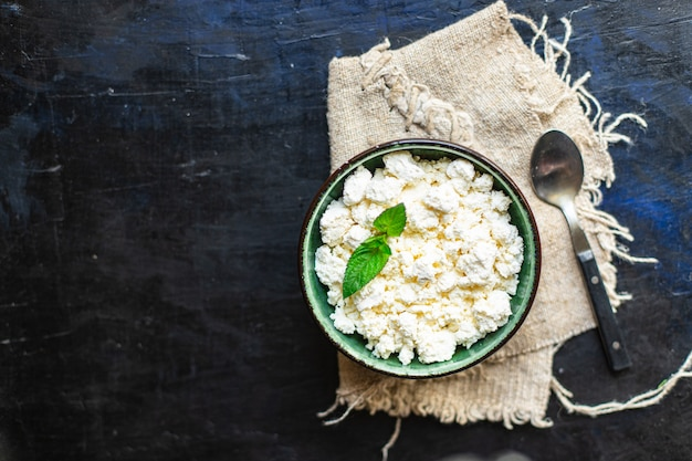Queijo cottage leite de vaca ou de ovelha na mesa comida saudável refeição cópia espaço comida rústica