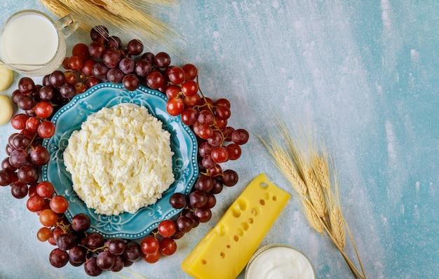 Queijo cottage, leite, trigo e frutas