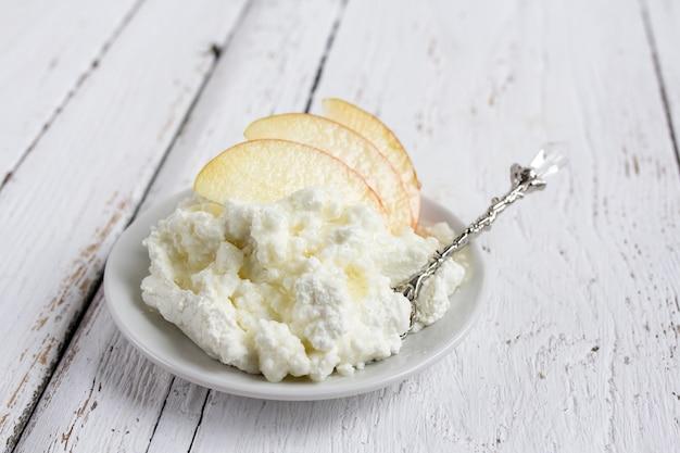 Queijo cottage, mel e maçã num prato
