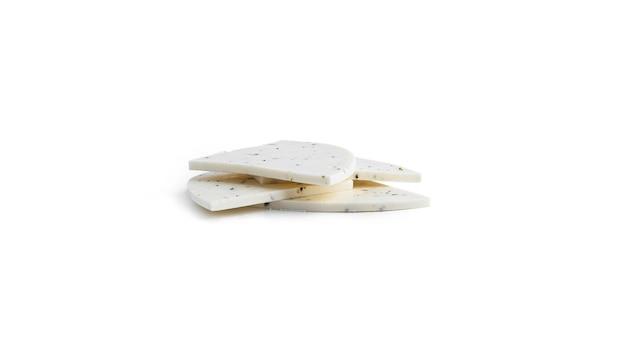Queijo cotttage branco com ervas de provence isoladas.