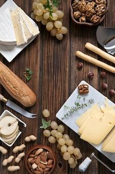 Queijo cremoso brie e camembert com baguete e várias nozes