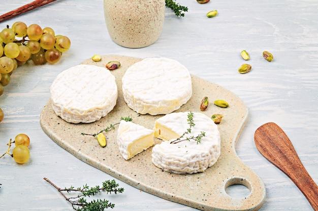 Queijo de cabra e uvas para buffet. configuração plana tradicional francesa ou italiana. vista do topo