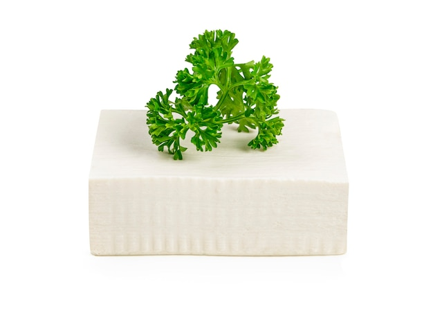 Queijo de tofu branco sobre branco.