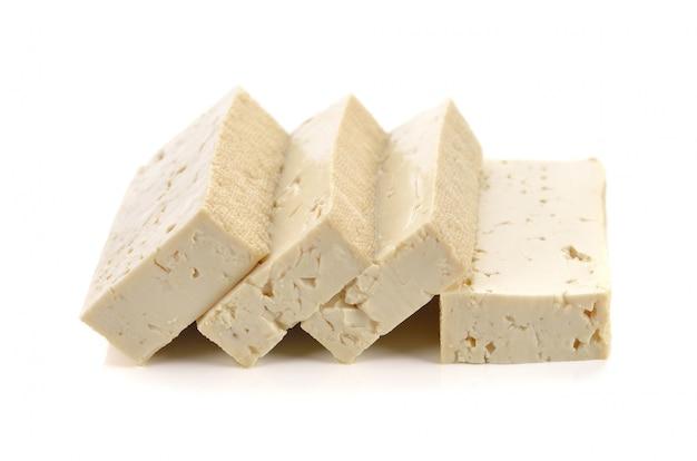 Queijo de tofu em fundo branco
