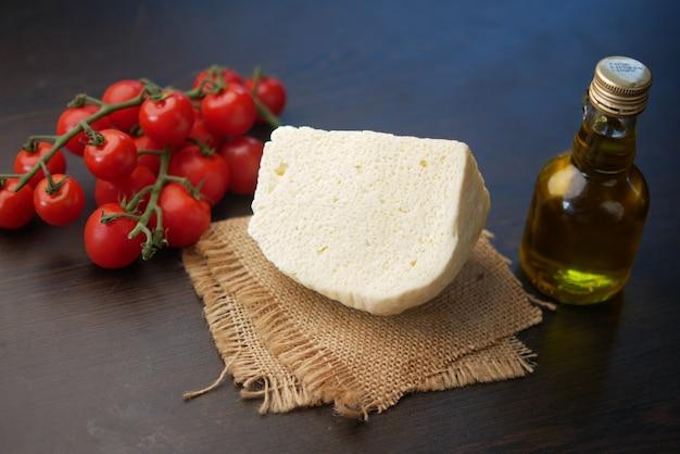 Queijo de tomate cereja e azeite de oliva na mesa