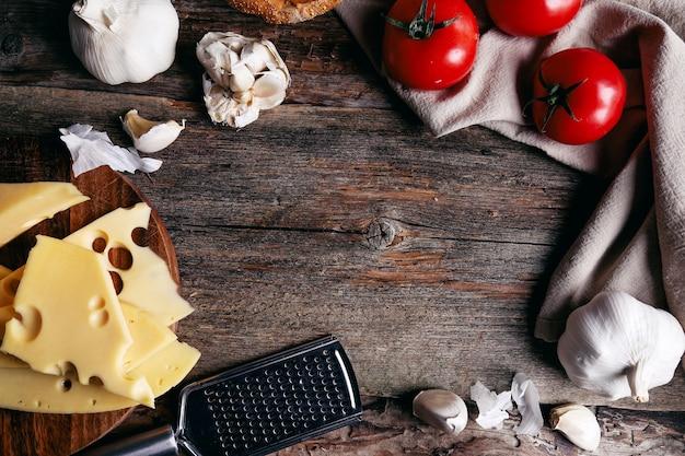 Queijo delicioso com tomate e alho