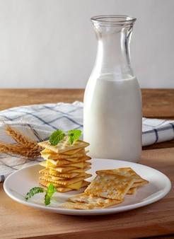 Queijo e bolachas com leite fresco