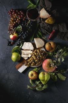 Queijo e uvas.