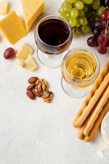 Queijo e vinho de alto ângulo para degustação