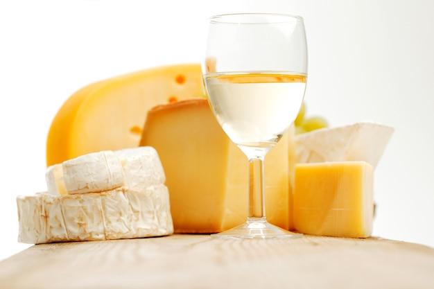 Queijo e vinho na mesa de madeira