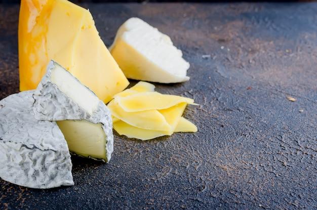 Queijo fatiado, queijo com mofo, queijo duro
