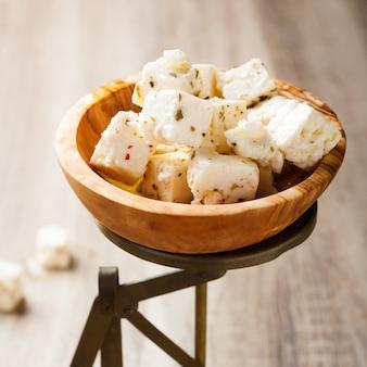 Queijo feta em cubos em balanças antigas