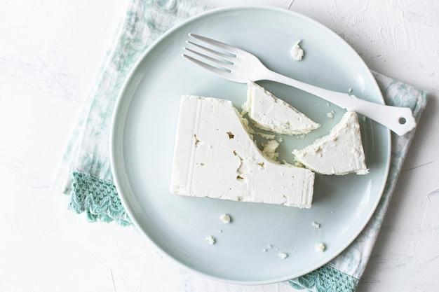 Queijo feta natural em um prato plano