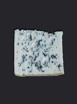 Queijo francês chamado roquefort, queijo feito com leite de ovelha isolado no preto