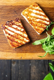 Queijo grelhado halloumi churrasco frito refeição lanche cópia espaço comida fundo rústico vista de cima