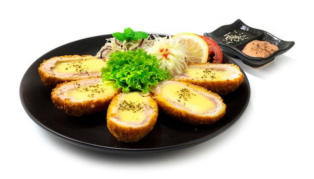 Queijo katsu coreano - fusão de estilo de comida japonesa servido molho decorar legumes e alho-poró esculpido vista lateral em forma de flor de cebola