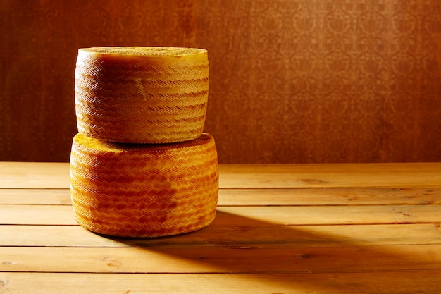 Queijo manchego da espanha na mesa de madeira